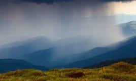 Od gazonu ja ` s otwiera widok fenomenalny burzowy niebo Obraz Stock