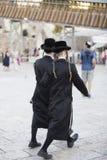 Od plecy, dwa mężczyzna w tradycyjnych czerni ubraniach ortodoksyjny Fotografia Stock