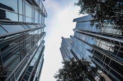 Od podstaw widok wysocy Nowożytni luksusowi budynki biurowi w Canar nabrzeżu, Londyn zdjęcia stock