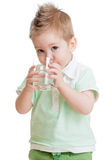 Od szkła małe dziecko lub dziecka woda pitna Obrazy Royalty Free
