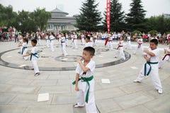 od 'tae kwon 'xi. 'robi dzieci w 'muzeum kwadrata występie 'xi. Obraz Royalty Free