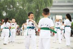 od 'tae kwon 'xi. 'robi dzieci w 'muzeum kwadrata występie 'xi. Obraz Stock