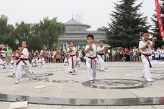 od 'tae kwon 'xi. 'robi dzieci w 'muzeum kwadrata występie 'xi. Obrazy Stock