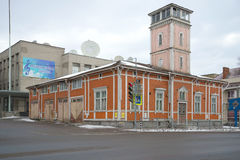Od-träbyggnaden av firehousen, molnig Februari dag Sortavala Arkivfoto