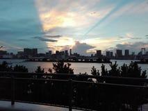 从Odaiba的日落与彩虹东京桥梁 免版税库存照片