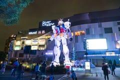 ODAIBA,日本- 2016年11月16日:gundum雕象在前面 图库摄影