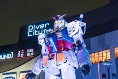 ODAIBA,日本- 2016年11月16日:gundum雕象在前面 库存照片