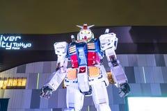 ODAIBA,日本- 2016年11月16日:gundum雕象在前面 库存图片