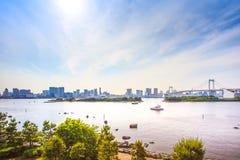 东京与彩虹桥和海湾的日落地平线从Odaiba。日本 库存图片