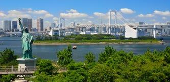 Odaiba is een groot kunstmatig eiland in de Baai van Tokyo, Japan, over de Brug van de Regenboog van centraal Tokyo Royalty-vrije Stock Foto's