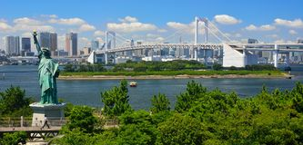Odaiba ist eine große künstliche Insel im Tokyo-Schacht, Japan, über der Regenbogen-Brücke von zentralem Tokyo Lizenzfreie Stockfotos