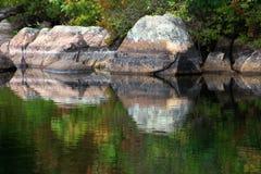 Odbicia drzewa i skały na wodzie Fotografia Royalty Free