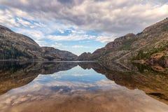 Odbicia góry na Benson jeziorze, Yosemite park narodowy Obrazy Royalty Free