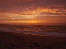 Odbicia na wodzie przy zmierzchem na plaży jak fale łamają na piasku fotografia royalty free