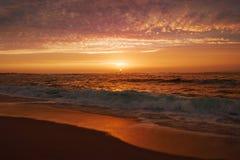 Odbicia na wodzie przy zmierzchem na plaży jak fale łamają na piasku obrazy royalty free