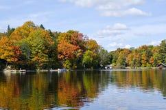 Odbicia Spadek Barwią na Spokojnym Jeziorze -5 Zdjęcia Royalty Free