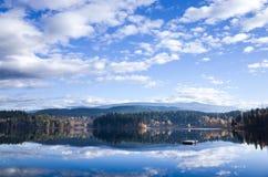 Odbicia w spokojnym halnym jeziorze Fotografia Royalty Free