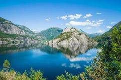 Odbicia w wodzie fjord w Norwegia Zdjęcia Stock