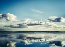 Odbicia w wodzie na słonecznym dniu przy Wilhelmshaven plażą, Suedstrand zdjęcia stock