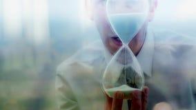Odbicie biznesmen trzyma piaska zegar zbiory wideo