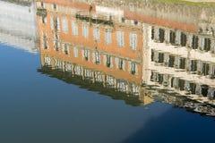 Odbicie budynki na nawadnia Arno rzekę w Florencja Obrazy Royalty Free