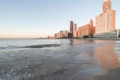 Odbicie Chicagowski drapacz chmur na Michigan jeziorze przy wschód słońca zdjęcia royalty free