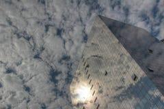 Odbicie chmury w drapaczu chmur Obrazy Royalty Free