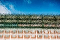 Odbicie coloured dom na kanał wodzie Obrazy Royalty Free