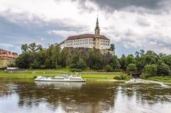 Odbicie Decin kasztel w nawadnia Elbe rzeka Obrazy Stock