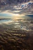 Odbicie dramatyczny niebo przy Nusa Dua plażą, Bali zdjęcie royalty free