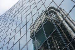 Odbicie drapacz chmur w fasadzie inny drapacz chmur w mieście Obrazy Royalty Free
