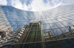 Odbicie drapacz chmur w nowożytnym architektonicznym stylu w mieście Obraz Royalty Free