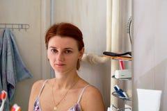 Odbicie dziewczyna w lustrze w łazience Zdjęcie Royalty Free