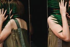 Odbicie dziewczyna z paprocią w mnóstwo lustrach fotografia stock