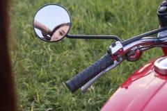 Odbicie dziewczyny ` s twarz w motocyklu lustrze obrazy royalty free