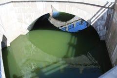 odbicie fasada budynek w wodzie poni?szej most zdjęcie royalty free