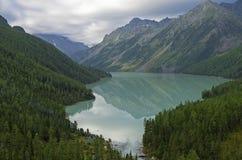 Odbicie góry w jeziorze Kucherla jezioro Altai Mounta Fotografia Royalty Free