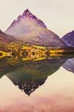 Odbicie góry w norweskim fjord jeziorze Obraz Stock