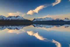 Odbicie góry w Norweskim fjord przy zmierzchem Obraz Stock