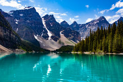 Odbicie góry w Zielonym jeziorze Zdjęcia Stock