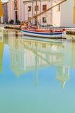 Odbicie kościół i łodzie na kanale Przesyłamy Zdjęcia Royalty Free