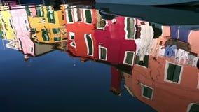 Odbicie kolorowi domy w wodnym kanale, Burano wyspa, Wenecja, Włochy zbiory