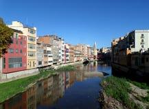 Odbicie Kolorowi domy wzdłuż Onyar rzeki Girona Fotografia Royalty Free