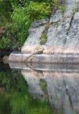 Odbicie Lustrzane w wody skały twarzy scenie w lecie Zdjęcia Stock