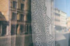 Odbicie miasto w okno z zasłonami Obraz Royalty Free