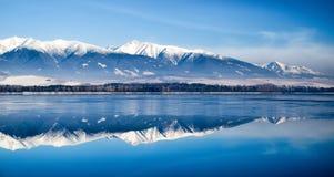 Odbicie na jeziornym Liptovska Mara zakrywający w lodowym i Niskim Tatras Obrazy Stock