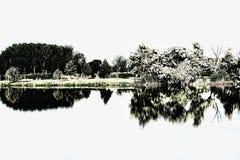 Odbicie na jeziorze w prawie czarny i biały obraz stock