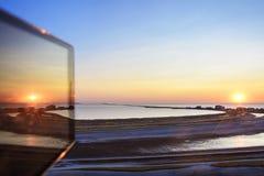 Odbicie na smartphone przy jak tylko sen na czarnym morzu Obrazy Stock
