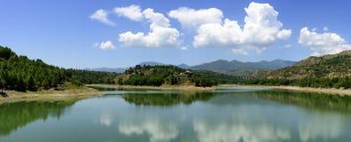 Odbicie niebieskie niebo, białe chmury, góry i jeziora w Qinghai prowinci Chiny, Fotografia Royalty Free