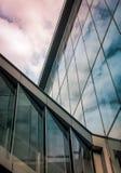 Odbicie niebo na nowożytnym szklanym budynku tle Zdjęcia Stock
